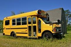 En liten skolbuss royaltyfria foton