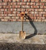 En liten skyffel som gräver brunnar Royaltyfri Fotografi