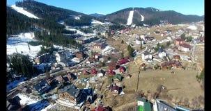 En liten by som placeras i en h?rlig sikt av bergen sky f?r panorama f?r filterberg orange flyg- strandja f?r bulgaria bergfotogr arkivfilmer