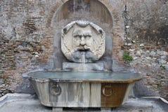 En liten springbrunn i Rome. Arkivbild