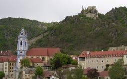 en liten stad Durstein på Donauen Royaltyfria Foton
