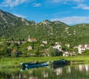 En liten stad med en sjösikt Dodoshi Fotografering för Bildbyråer
