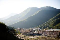 En liten stad som lokaliseras i höga berg royaltyfria foton