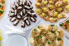 En liten tabell med en läcker buffé av canapes, kaviar, skjuter in Arkivfoton