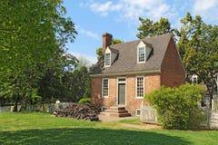 En liten tegelstenbyggnad i koloniinvånaren Williamsburg, Virginia Arkivbild