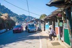 En liten temarknad på överkanten av en kulle av södra asiatiskt himalayan område, var turister kommer att tycka om arkivfoton