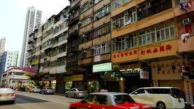 En liten tyst gata i det gamla Mong Kok området av Hong Kong arkivfilmer