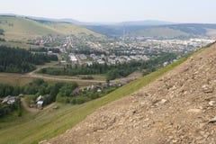 En liten Ural stad i en bergdal arkivbild
