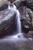 en liten vattenfall Arkivfoton