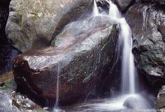 en liten vattenfall Royaltyfri Fotografi