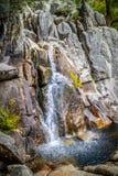 En liten vattenfall i den Yosemite nationalparken, Kalifornien royaltyfria foton