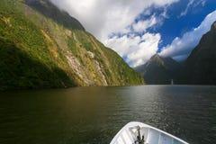 En liten vattenfall på Milford Sound Arkivfoto
