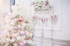 En liten vit dekorerad julgran arkivbild