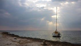 En liten yacht för det vita havet förtöjde nära den Black Sea shorelinen Fotografering för Bildbyråer