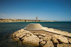 En livräddareflagga på den lilla sockelsynvinkeln på det hemliga paradiset av den Aluminos stranden, Larnaca, Cypern Fotografering för Bildbyråer