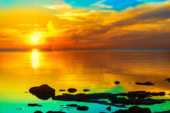 En ljus färgrik solnedgång på havet Arkivbilder