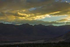En ljus mång--färgad solnedgånghimmel över de Himalayan bergen royaltyfria bilder