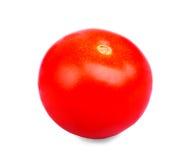 En ljus röd tomat utan bladet som isoleras på en vit bakgrund Närbild av nytt, saftigt, organiskt, moget, röd tomat för fördel Royaltyfri Bild