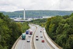 En ljus trafikstockning med rader av bilar Trafik på huvudvägen Fotografering för Bildbyråer