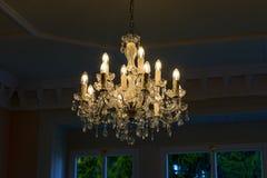 En ljuskrona i livingroomen Royaltyfri Bild