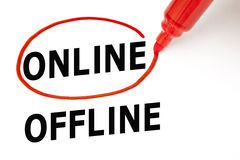 En línea o off-line con el marcador rojo Fotos de archivo libres de regalías