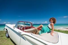En lockig flicka i en cabriolet Royaltyfria Bilder