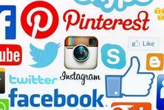 En logotypsamling av det sociala massmediamärket på PCskärmen Arkivbilder