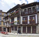 En lokal förbigår de medeltida byggnaderna i Santiago Square Royaltyfri Fotografi