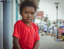 En lokal malagasy flicka ser på kameran Arkivfoton