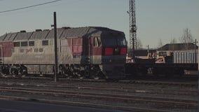 En lokomotiv utan vagnar rider förbi stationen lager videofilmer