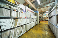 En lonas de los estantes en ensanchador en almacén Imagen de archivo libre de regalías