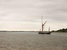 En London pråm som seglar ner floden Colne in i det öppna havet Royaltyfria Foton