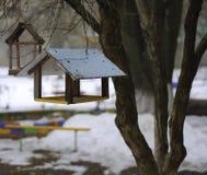 En los alimentadores de la estación del invierno para los pájaros Fotos de archivo libres de regalías