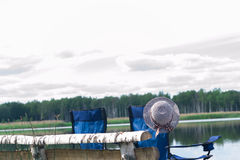 En los bancos de los artículos del río Imagen de archivo