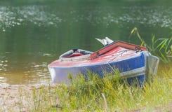 En los bancos del río coloca un kajak Fotos de archivo