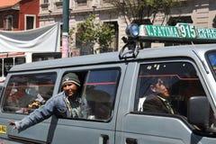 En los barkers de La Paz del transporte público que están gritando una ruta de autobús fotos de archivo
