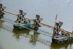 En los camarones acumule en la estación de lluvias, y el aerador de la rueda de paleta Foto de archivo libre de regalías