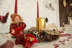 En los conos, las velas y la muñeca festivos de la tabla Foto de archivo