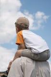 En los hombros del padre. Fotografía de archivo libre de regalías