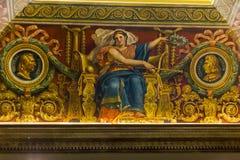 En los pasillos del Louvre Imágenes de archivo libres de regalías