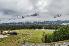 En los pies de la montaña Imagen de archivo libre de regalías