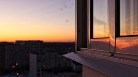 En los rayos de la puesta del sol fotos de archivo