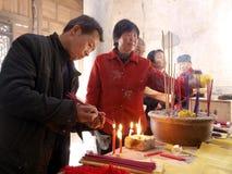 En los templos de la gente queman incienso Fotos de archivo libres de regalías
