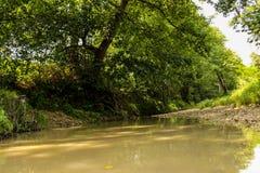 En lugna kulör flod Arkivbild