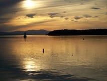 En lugna solnedgång på sjön royaltyfri fotografi