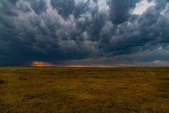 En lugna solnedgång som form för stormmoln arkivfoto