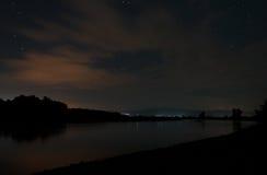 En lugna varm natt på bankerna av den Tisza floden Royaltyfri Fotografi