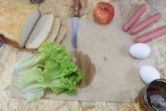En lunch för byggmästare` s, en träarbetstabell på konstruktionsplatsen med mat och hjälpmedel av byggmästaren Fotografering för Bildbyråer