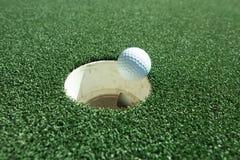 En lyckad putt i sporten av golf Royaltyfri Bild