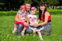 En lycklig familj har en vila fotografering för bildbyråer